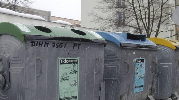 Kontejnery na tříděný odpad zatím zůstanou na svém místě. Ilustrační foto.