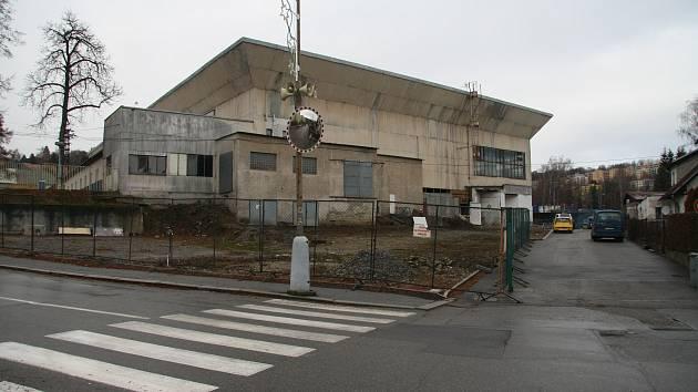Na ploše vzniklé demolicí bývalé prodejny nábytku a strojovny zimního stadionu by mělo vzniknout až třicet parkovacích míst.