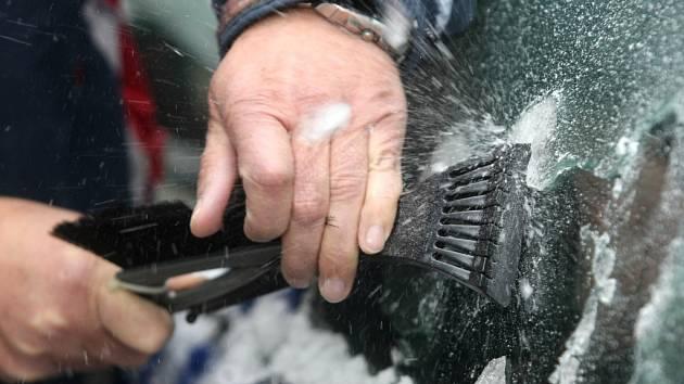 Očistit před jízdou všechna skla na vozidle je nutnost a dokonce povinnost daná vyhláškou.