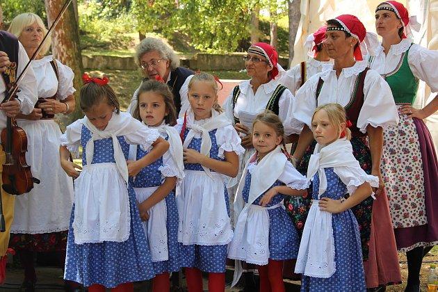 Růženka Vinciková skolegy a dětmi zLibíňáčku.