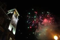 Prachatičtí vyrazili na tradiční novoroční ohňostroj.