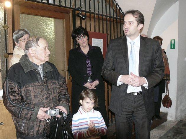 Miroslav Barták zahájil v Městské knihovně v Prachaticích výstavu s názvem Náš dům zní smíchem, která nabízí celkem šestatřicet černobílých karikatur.