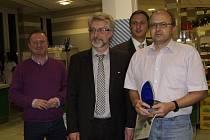 Prachatičtí byli třetí, cenu převzal ředitel Vladimír Lang (vpravo).