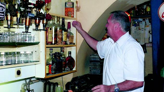 Hostinští budou muset načatý alkohol vylévat.