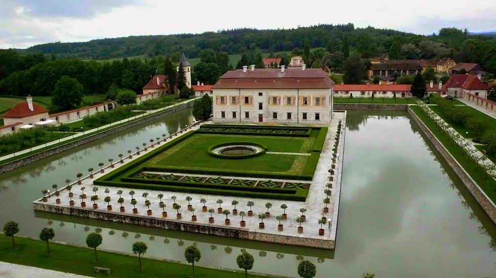Státní zámek Kratochvíle. Vila s vodním příkopem.