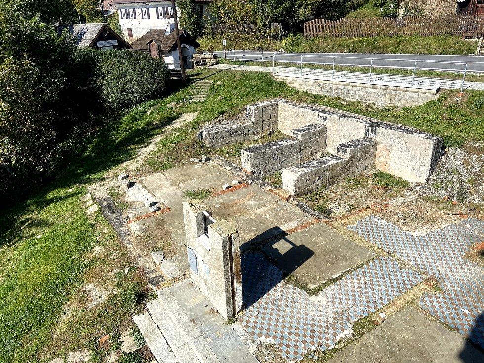 1. října 2020. Dům, který výbuch a oheň poničily, je zdemolován. To, že tam kdy byl, naznačují zbytky zdí.