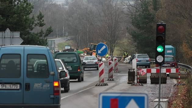 Provoz řízený světelnou signalizací na mostě u Hracholusk bude trvat o něco déle.