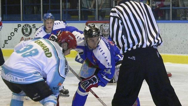 Václav Pitel (na buly čelem) zahrál proti Humpolci výborně.