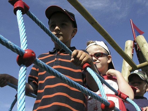 Na děti čeká nové vybavení hřišť.