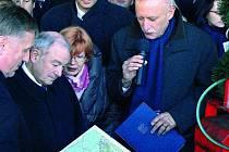 MAPA. Jako první zhlédl připravený návrh předseda bavorské vlády Günther Beckstein (druhý zleva).