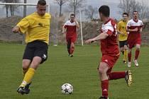 Roman Pořádek (vlevo) dal jediný gól utkání.