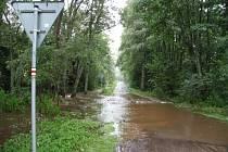 Zlatý potok je venku z břehů, Záhořský potok navíc zaplavil i místní účelovou komunikaci a turistickou trasu pod Záhořím.