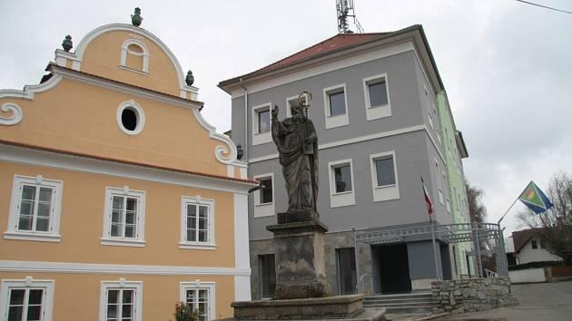 Úřad městyse Lhenice. Ilustrační foto