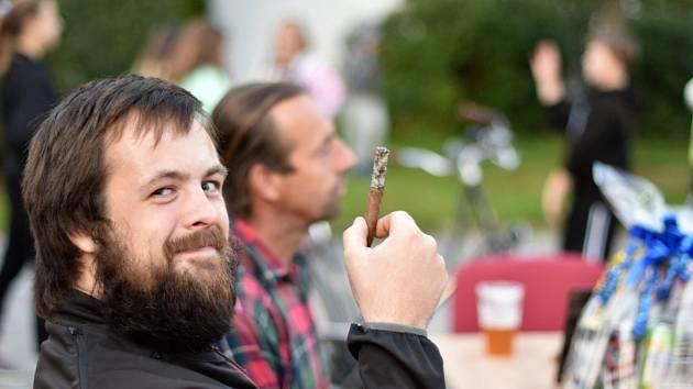 Soutěž v kouření doutníků na čas a délku popela ve Volarech.