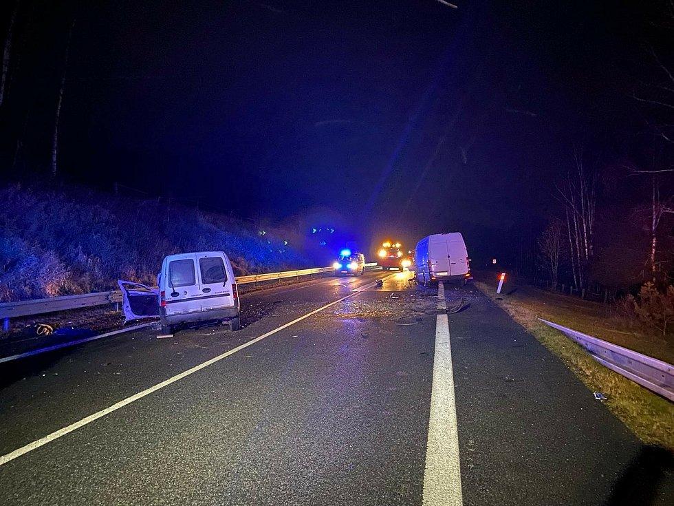 Mezi obcemi Řasnice a Hliniště nedaleko Strážného na Prachaticku se v sobotu 28. listopadu před půl sedmou večer čelně srazily dvě dodávky.