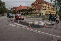 Před ZŠ Vodňanská vzniknou červené zpomalovací pruhy.