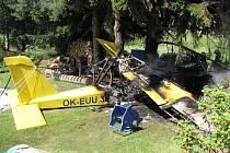 Ultralehké letadlo skončilo svůj navigační let pádem a nárazem do stromu s následným vznícením.