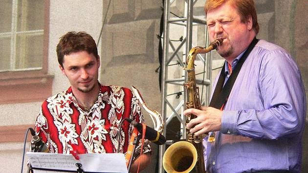 Popáté se v rámci festivalu Bohemia JazzFestu v pátek večer rozezněly tóny jazzu na prachatickém Velkém náměstí. Festival se snaží přiblížit jazz té nejlepší kvality českému publiku a prachatický koncert byl šestým v letošní řadě.