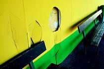 Bez povšimnutí vandalů nezůstal ani sádrokarton na tribuně u umělé trávy.