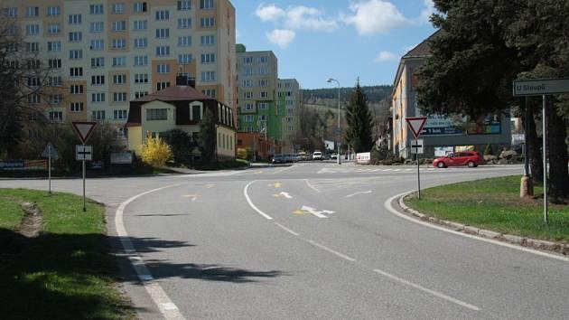 Podle vyhodnocení odborníků řidičům kruhová křižovatka pomůže.
