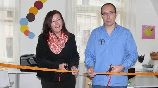 Pásku  k novému prostoru pro začínající podnikatelky přestřihla ředitelka Oblastní kanceláře Jihočeské hospodářské komory Radka Dvořáková a ředitel Portusu Petr Šmíd.