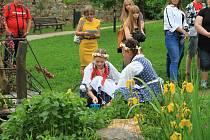 Růženka Vinciková s dětmi z Vodňanky při otevírání studánek v zahradě prachatického hospice.