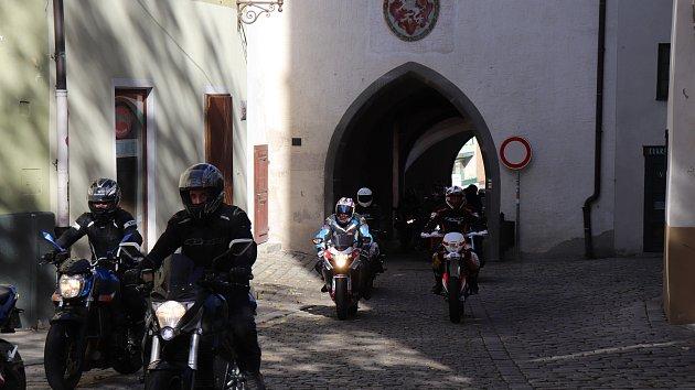 OBRAZEM: Prachatičtí motorkáři uzavřeli sezonu pro Lenoru