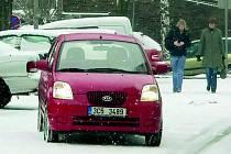 SNÍH . Od úterní půlnoci 10. února se pracovníci správy a údržby silnic nezastavili. Napadalo třicet centimetrů sněhu.