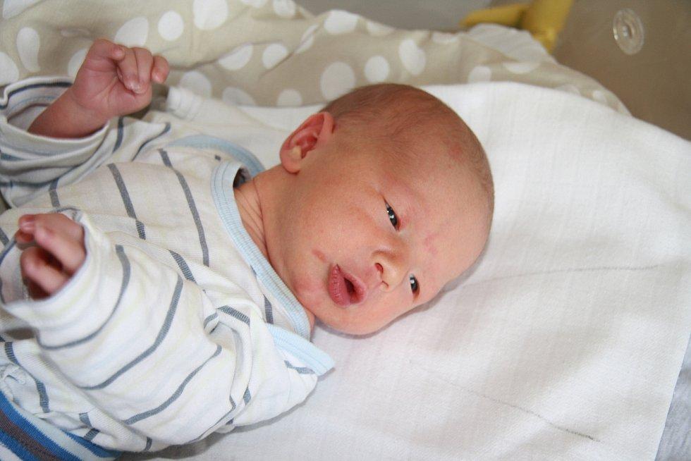 JAKUB ŘEZNÍK, VLACHOVO BŘEZÍ.  Narodil se v pondělí 16. prosince v 10 hodin a 56 minut v prachatické porodnici. Vážil 3150 gramů. Má brášku Adama (10 let). Rodiče: Hana a Luboš Řezníkovi.