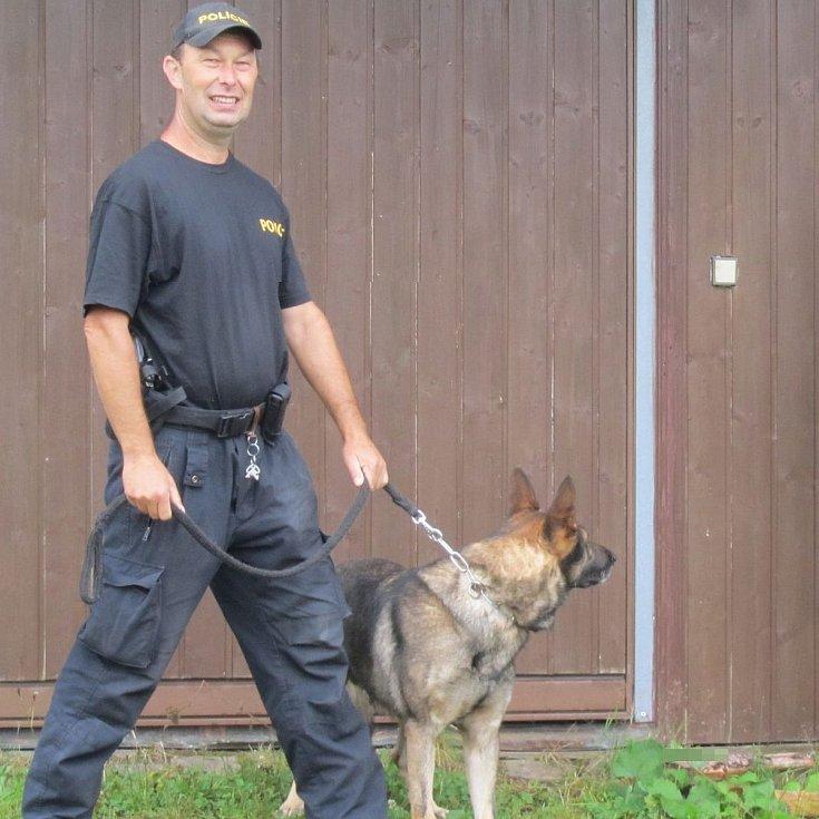 Policejní psovod se čtyřnohým parťákem Frejem.