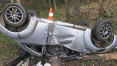 Smyk na namrzlé silnici dostala žena za volantem VW New Beetle. Auto skončilo na střeše, obě pasažérky v nemocnici.