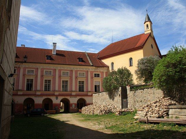 Horní hrad skaplí vimperského zámku.