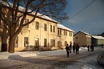Bývalá ubytovna Českých drah ve Volarech je na prodej, město Volary o ni nejspíše zájem mít nebude.