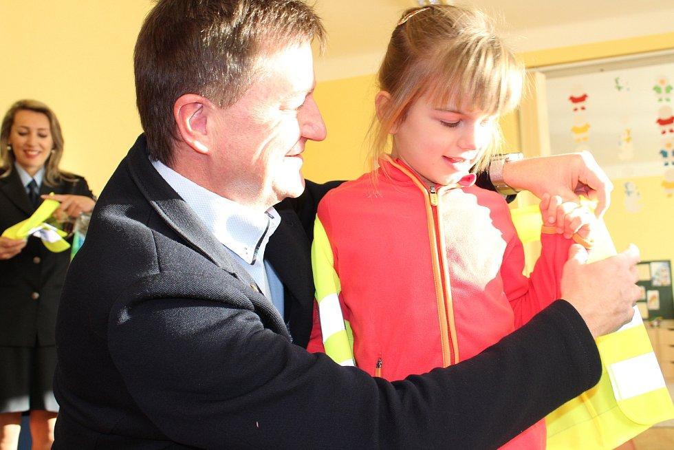Reflexní vesty dostaly ve čtvrtek prostřednictvím prachatické Oblastní kanceláře Jihočeské hospodářské komory děti v mateřinkách. Zástupci komory a Policie ČR je předali v Mateřské škole v Krumlovské ulici v Prachaticích.
