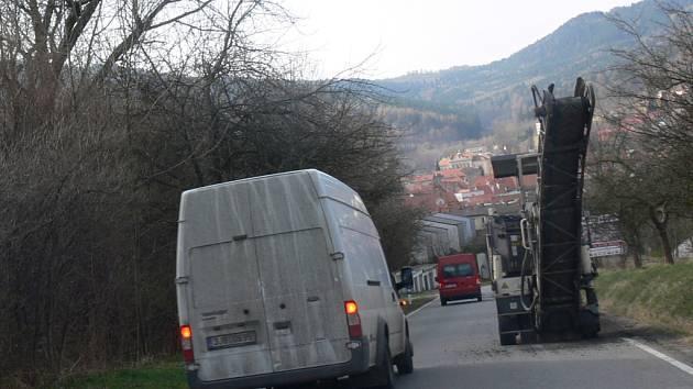 Kvůli práci frézy byl včera provoz omezen na silnici směrem na Husinec