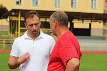 Milan Hnilička (bílé triko) přijel do Prachatic podpořit akci Pojď si vybrat, co Tě baví.