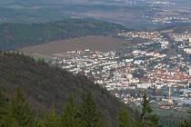 Pole pod Černou horou v Prachaticích (v levém horním rohu) by se mělo v budoucnu zaplnit stavebními parcelami.