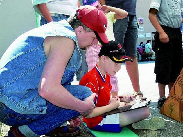DĚTI SOUTĚŽILY. Pro děti byl na letosních lenorských slavnostech připraven bohatý program. Ten byl spojen se soutěžemi na celkem sedmi stanovištích. Děti si mimo jiné vyzkoušely znalosti přírody.