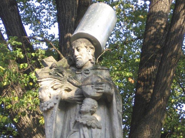 OZDOBA. Sousoší svatého Jana Nepomuckého dostalo od vandala ozdobu v podobě odpadkového koše.