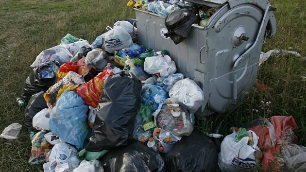 ŠPÍNA. Igelitky plné odpadků a zápach už jsou na Bělském kopci jen nepříjemnou vzpomínkou.