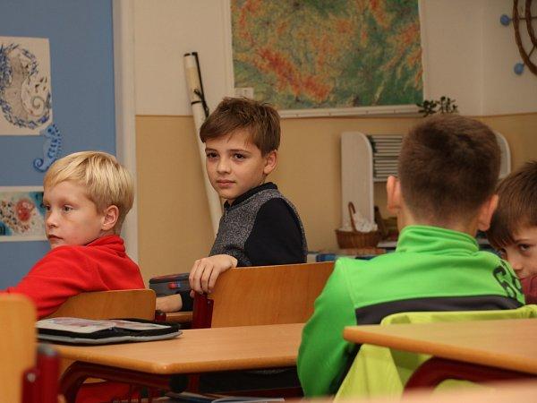 Osmnáct žáků čtvrtých a pátých tříd ze ZŠ Zlatá stezka 240vPrachaticích se ve čtvrtek odpoledne po vyučování poprvé sešlo na základním kurzu, který by měl skončit závěrečnou zkouškou YLE Starters.