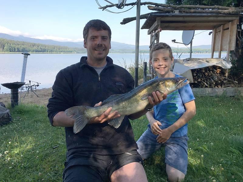 Candáta (75 centimetrů) vytáhl Libor Mareš (na snímku se synem Tomášem - 10 let) z vod lipenského jezera v sobotu 8. července ve 4 hodiny ráno.