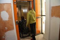 Historická budova Gymnázia v Prachaticích je od úterý plně bezbariérová. Nový výtah vyveze vozíčkáře i méně pohyblivé osoby z vestibulu až do druhého patra.