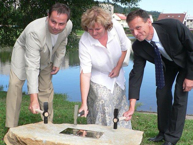 O poklepání na základní kámen budoucího veřejného koupaliště Hulák se 31. července 2006 postarali (zleva) Jan Bauer, tehdejší starosta Prachatic, Hana Rabenhauptová, tehdejší míystostarostka a zástupce dodavatele společnosti mane Holding Roman Malát.