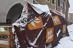 Sníh ničí všechno. Střecha zahrádky u cukrárny na Velkém náměstí nepřežila.