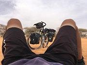 Tadeáš Šíma zdolává další kilometry na kole Afrikou