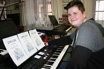 Slušnou sbírku diplomů si Václav Hoidekr přivezl minulý týden z Blatné, kde reprezentoval okres Prachatice v soutěži ZUŠ ve hře na elektronické klávesové nástroje.