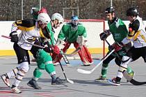 Hokejbalisté Highlanders Prachatice (na snímku v duelu s Pedagogem v bílých dresech) drží jarní neporazitelnost.