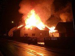 Obytný dům v Houžné u Lenory noci zachvátil požár. Ve 2.20 hodin ráno oheň zachytil Petr Kůs.