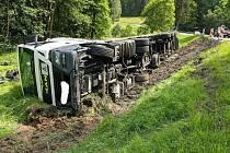 Kamion, který havaroval u Horní Vltavice v pondělí 13. července. Vinou jeho vyprošťování bude silnice zhruba do devíti hodin uzavřená.